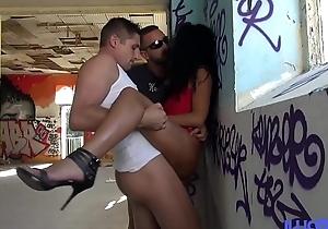Val&eacute_ria aime baiser dans des lieux insolites