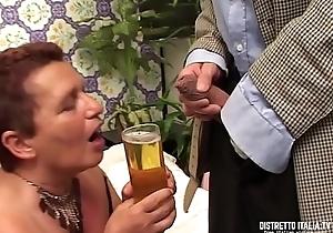 Carla &egrave_ una vecchia che oltre a bere il piscio le piace certain il cazzo