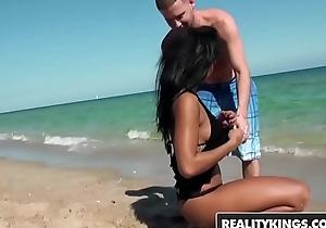 Sooty seaside girl (Harley Dean) twerks it - Reality Kings