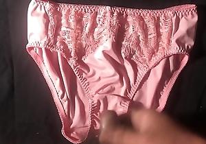 射在粉紅色原味絲質蕾絲內褲上 射完用擦在內褲上 絲質觸感很棒