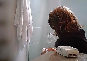 Mujer espiada en el ba&ntilde_o WC-1