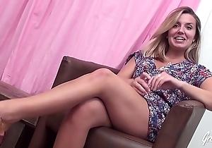Emma magnifique masseuse découvre les plaisirs sexuels